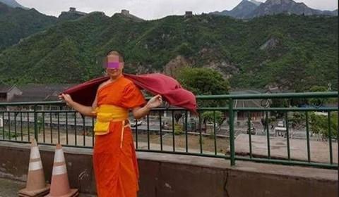 泰国僧侣用香油钱游北京 引起网友不满